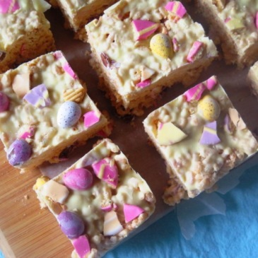 The BEST Mini Egg Easter White Chocolate Marshmallow Crispy Cake Bars Recipe. Fun for the kids, this quick and easy no-bake recipe is a winner this Easter / Knead to Dough